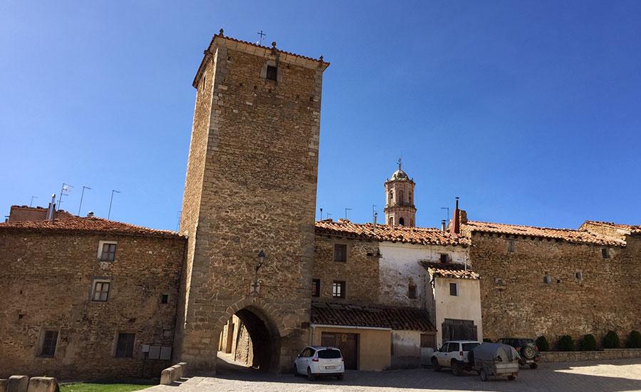 Portal de San Roque y muralla